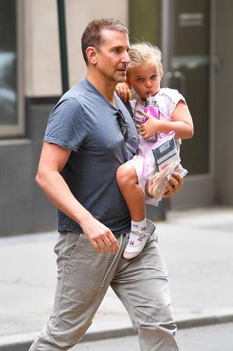 Фото №2 - Папа может: Брэдли Купер наслаждается отцовством, пока Ирина Шейк отдыхает с Канье Уэстом