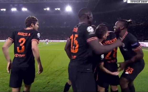 Фото №1 - Полузащитник «Челси» поздравил одноклубника с голом, пощекотав его за пах (видео)