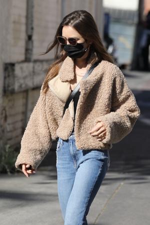 Фото №1 - 4 бренда, у которых можно найти плюшевые куртки, как на Лили Коллинз