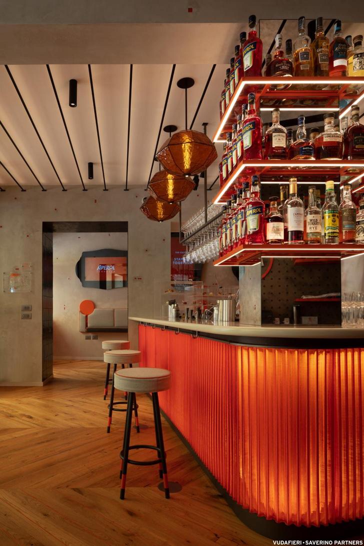 Фото №6 - Новый бар Aperol в Венеции по проекту Vudafieri-Saverino Partners