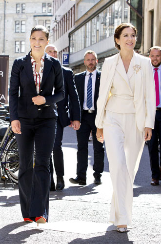 Фото №2 - Как королевские особы носят брючные костюмы