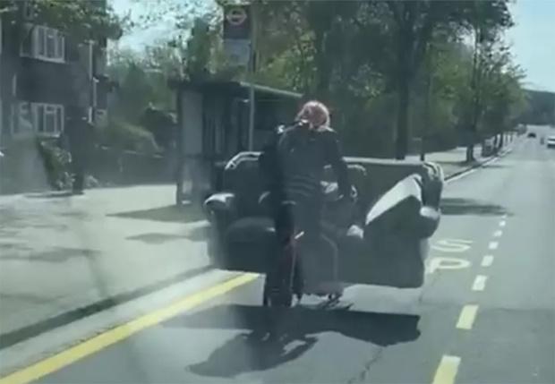 Фото №1 - В Лондоне заметили мужчину, перевозившего на велосипеде трехместный диван (видео)