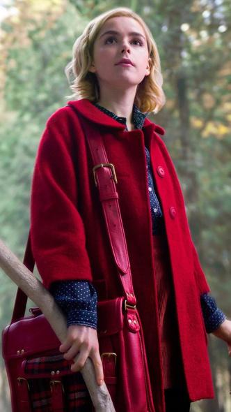 Фото №6 - Повторяем 3 стильных зимних лука из сериала «Леденящие душу приключения Сабрины»🕷