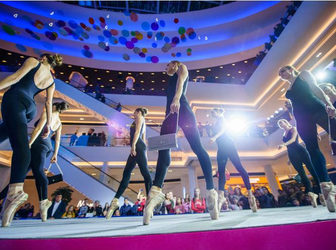 Фото №1 - 7 часов модного показа и беспрерывного танца на открытии шопинг-зоны в «Ривьере»