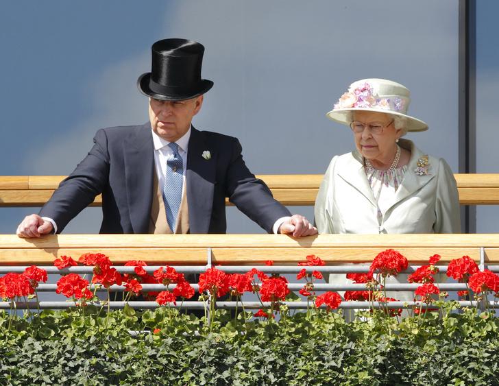 Фото №2 - Эксперты: Елизавета II теряет контроль над королевской семьей