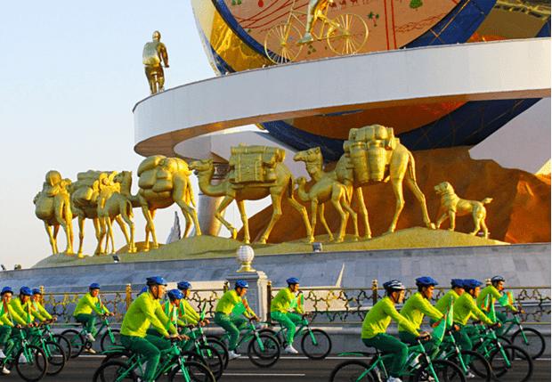 Фото №1 - Президент Туркменистана Бердымухамедов открыл огромный памятник велосипеду, превратив всё в масштабное шоу (видео)