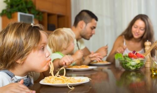Фото №1 - Почему родители виноваты в том, что ребенок питается неправильно