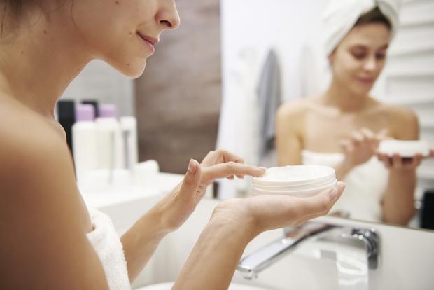 горит лицо после крема что делать, почему щиплет лицо после крема причины