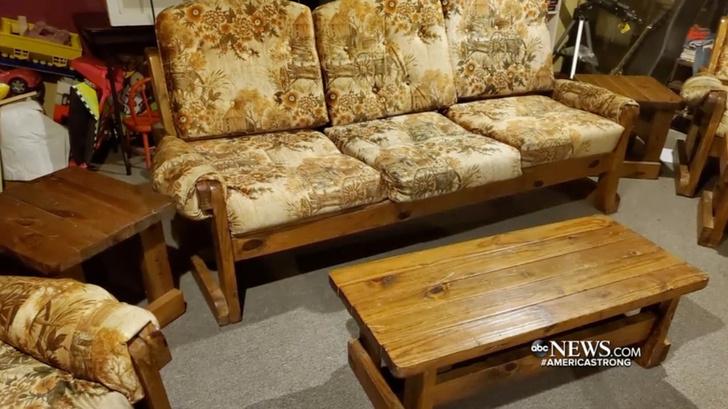 Фото №1 - Мужчина купил с рук старый диван и вот что нашел внутри