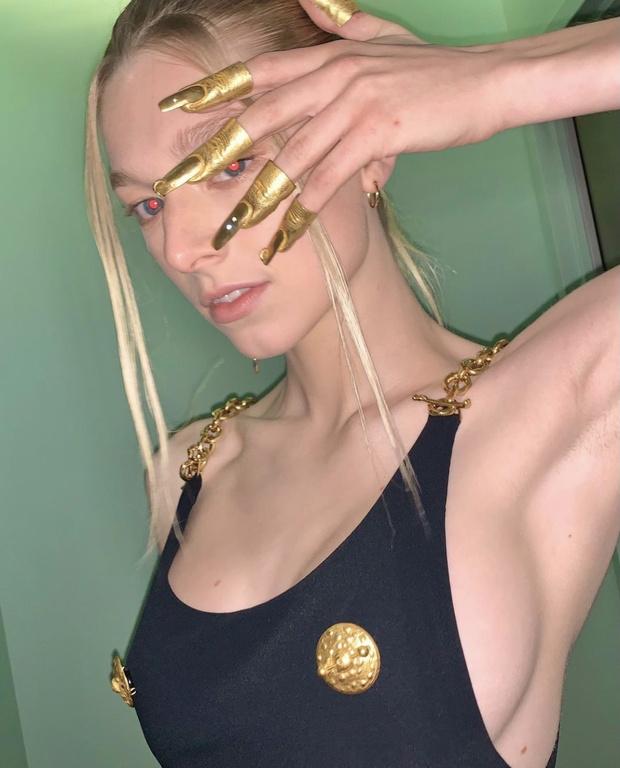 Фото №1 - Платье с золотыми сосками и накладные пальцы вместо колец: модель-трансгендер Хантер Шафер в сказочном тотал-луке Schiaparelli