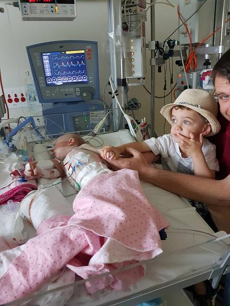 Фото №2 - Новорожденная девочка спасла от гибели свою сестру-близняшку