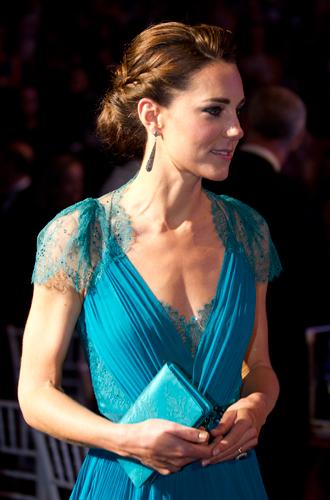 Фото №25 - 6 знаковых нарядов герцогини Кембриджской, которые она носит уже 6 лет