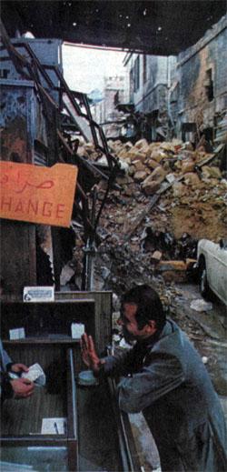 Многие кварталы Бейрута лежат в развалинах, а этот уличный меняла доволен: для него война работает на бизнес.