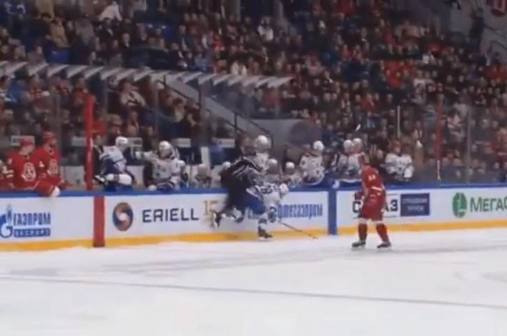 Фото №1 - Курьез дня: российский хоккеист забросил судью за бортик во время матча (видео)