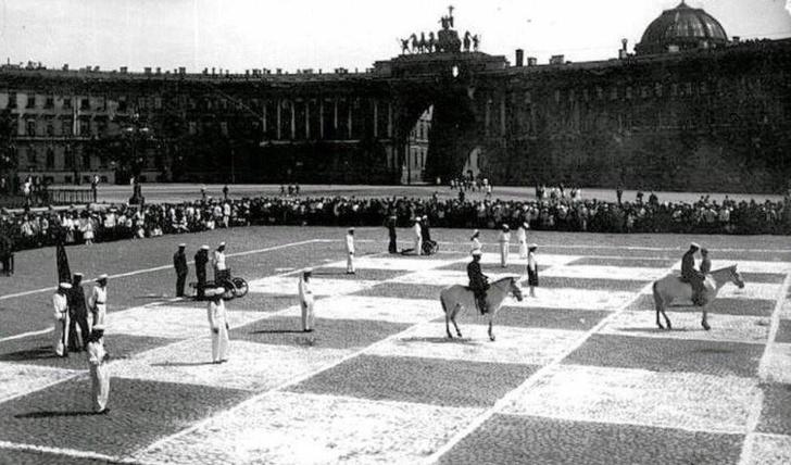 Фото №1 - История одной фотографии: живые шахматы на Дворцовой площади
