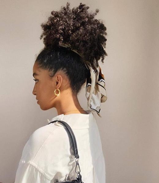 Фото №4 - Прически для кудрявых волос: 8 стильных вариантов для праздника и на каждый день