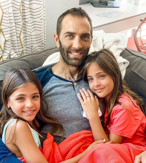 Фото №4 - Как выглядят родители самых красивых близняшек в мире