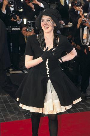 Фото №35 - Войти в историю: 35 культовых платьев Каннского кинофестиваля
