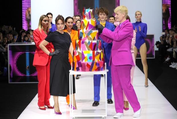 Фото №1 - Александр Гудков и Айза Анохина вышли с тортами на подиум