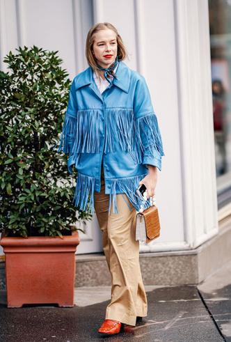 Фото №4 - Как носить шелковые платки: 10 самых простых и стильных способов