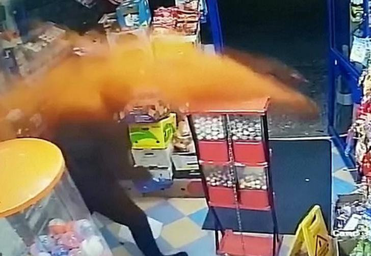 Фото №1 - Продавец отбился от вооруженного грабителя в стиле Джеки Чана, метнув в него горсть перца (видео)