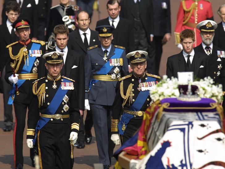 Фото №3 - Скромный принц: последняя королевская традиция, которую нарушил Филипп