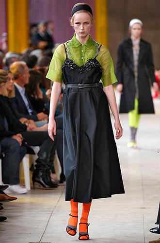 Фото №16 - Стразы, ботфорты и колготки в сеточку: как в моду входит все то, что раньше считалось безвкусицей