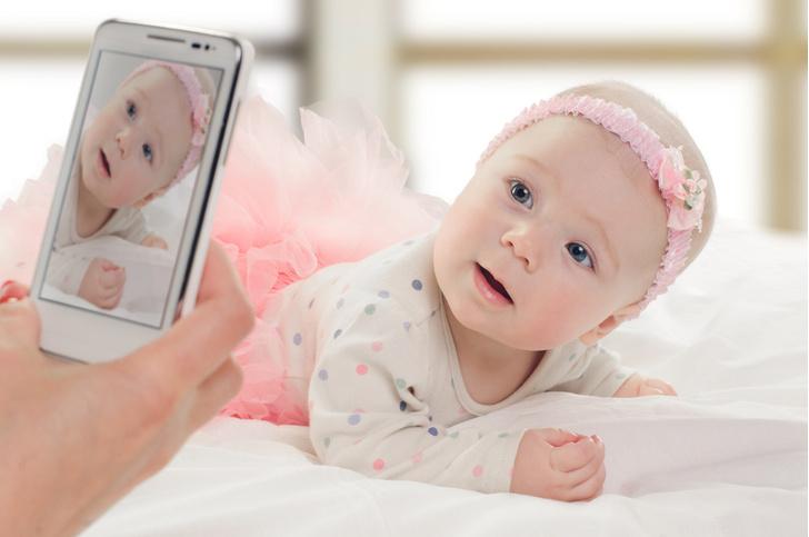 Фото №1 - Психологи объяснили, почему мамы любят размещать фото детей в соцсетях