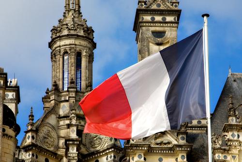 shutterstockПонятие «триколор» (от французского tricolore — трехцветный), в отличие от всех остальных трехцветных флагов, на сегодняшний день применимо только к государственному флагу Франции. Что же символизируют его цвета? Синим был плащ святого Мартина, который распространял христианство среди франков, белым был цвет французской монархии, красным — выкрашены военное и судебное знамена франкского императора-завоевателя Карла Великого.