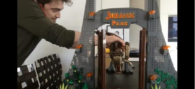 Фото №2 - Дэниел Рэдклифф и кубок Lego: как проводит карантин звезда фильмов о Гарри Поттере