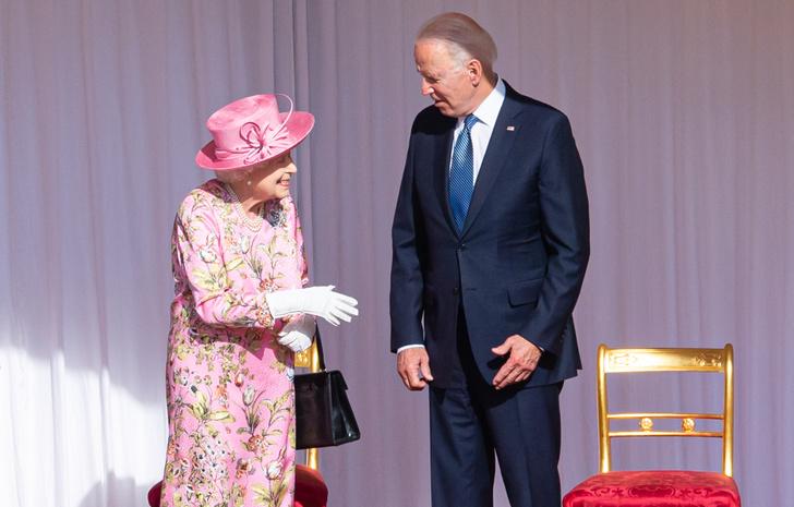Фото №1 - Исторический момент: почему Королева не надела тиару на встречу с Джо Байденом