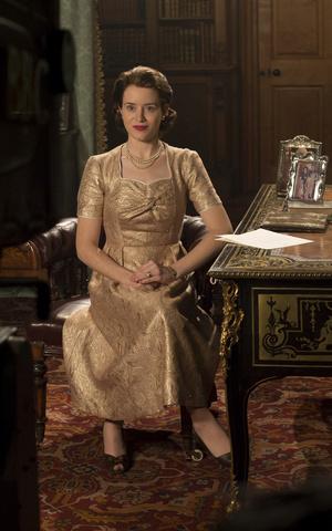 Фото №18 - От свадебных платьев до роскошных мехов: какие образы Виндзоров повторили в сериале «Корона»