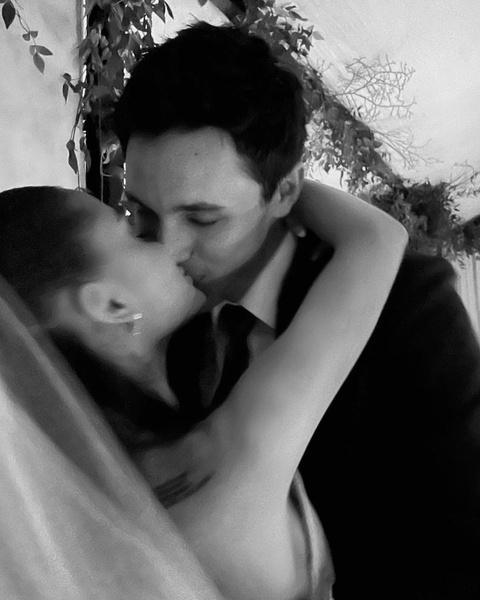 Фото №2 - Скорее смотри! Ариана Гранде поделилась фотографиями с тайной свадьбы 🥰