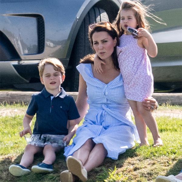 Фото №1 - Семейный выходной: принцесса Шарлотта, принц Джордж, Кейт и Уильям на игре в поло