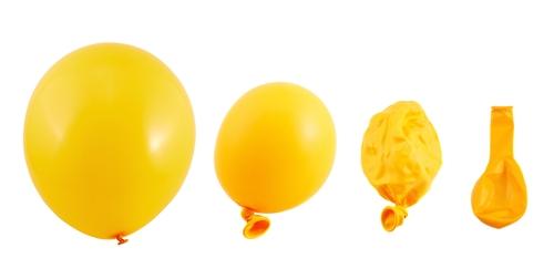 shutterstockМолекулы гелия, состоящие из одиночных атомов, — самые маленькие из всех. Благодаря этому они проникают между молекулами резиновой оболочки шарика. А поскольку в химические реакции гелий не вступает, его атомы постепенно просачиваются наружу.