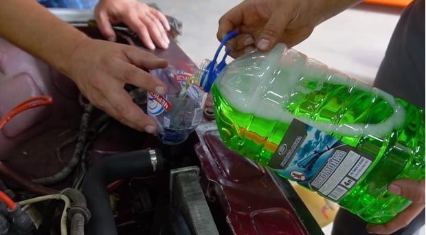 Фото №1 - Что будет, если залить в радиатор солярку, стеклоочиститель и керосин (познавательное видео)