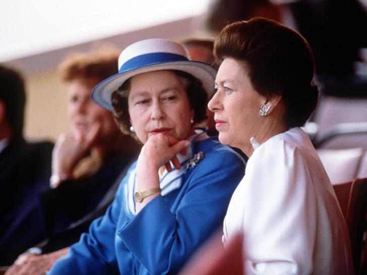 Фото №17 - Сестры и лучшие подруги: 20 самых трогательных и теплых фото Королевы и принцессы Маргарет