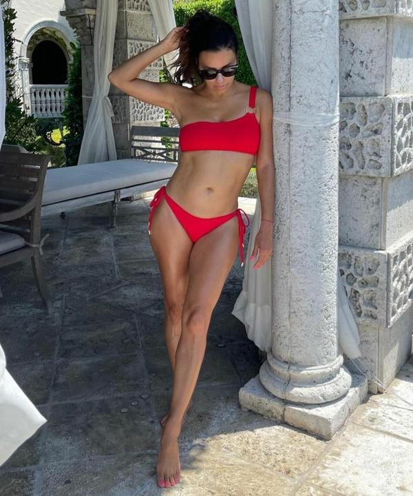 Красивый пресс и худые колени: Ева Лонгория в красном бикини вдохновит вас на внеплановую тренировку