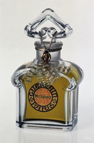 Фото №2 - Бабушкин сундук: 5 лучших «старомодных» ароматов для ценителей