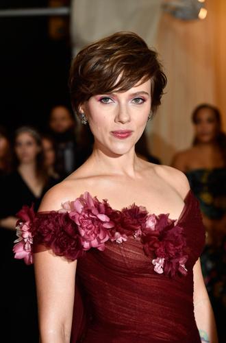 Фото №2 - Почему платье Скарлетт Йоханссон на Met Gala оказалось самым рискованным