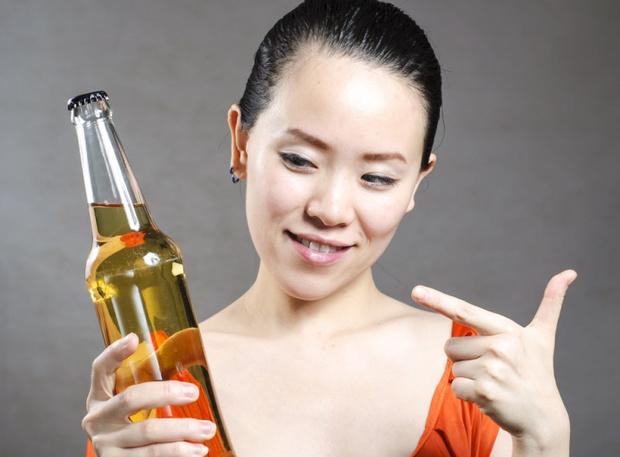 Моем и ополаскиваем голову пивом: полезно ли пиво для волос