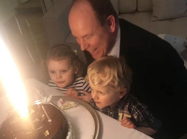 Фото №2 - В кругу семьи: князь Альбер провел свой день рождения с детьми и женой