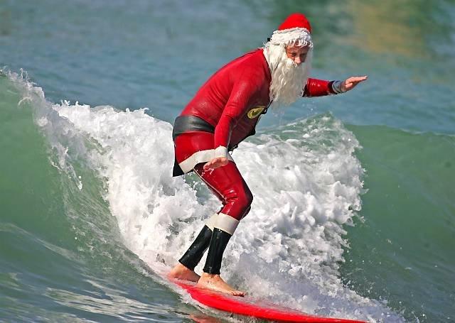 Фото №13 - Деды Морозы: гавайский ходит в плавках, а в Италии это женщина
