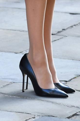Фото №6 - Почему Меган Маркл носит слишком большие туфли