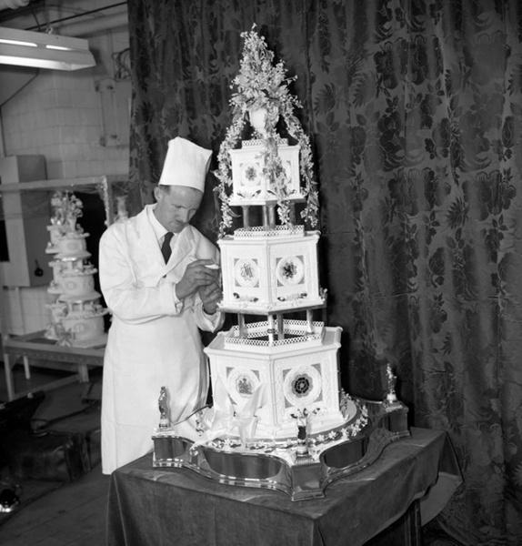 Фото №12 - Сладко: свадебные торты на королевских свадьбах