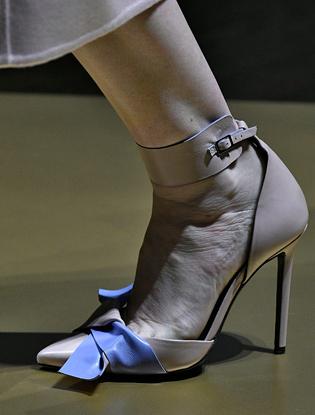 Фото №21 - Плащи Haute Couture и туфли с бантами на парижском показе Versace