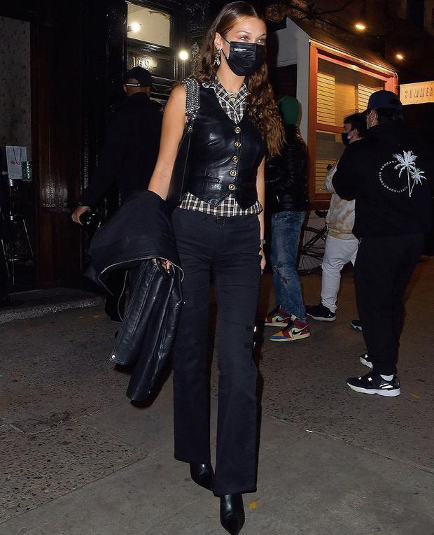 Фото №3 - Леди в черном: Белла Хадид в кожаном жилете и Кендалл Дженнер в бархатных брюках