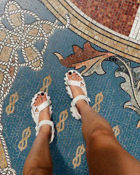 Фото №2 - Темный педикюр на лето: стильная идея для загорелых ног от Карины Нигай