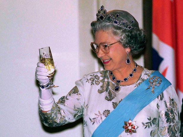 Фото №5 - Встречаем рождество по-королевски: 10 правил этикета за столом