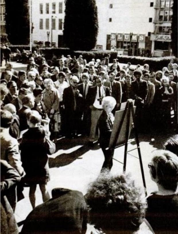 Фото №1 - История одной фотографии: Маргарет Кин доказывает авторство своих картин, 1970 год